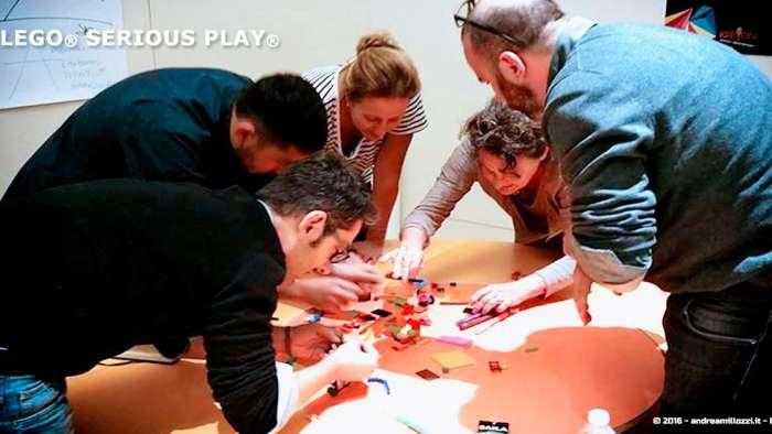 Andrea Millozzi blog | Lego Serious Play: il problem solving collaborativo per effettuare il brain storming e facilitare il team building giocando | il team al lavoro