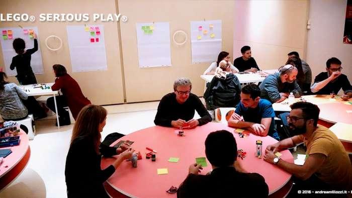 Andrea Millozzi blog | Lego Serious Play: il problem solving collaborativo per effettuare il brain storming e facilitare il team building giocando | le squadre al lavoro